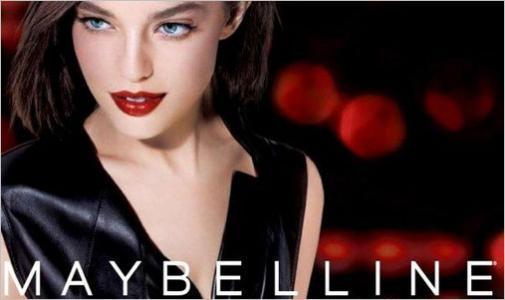 Ten plakat reklamuje pomadkę do ust marki Maybelline.